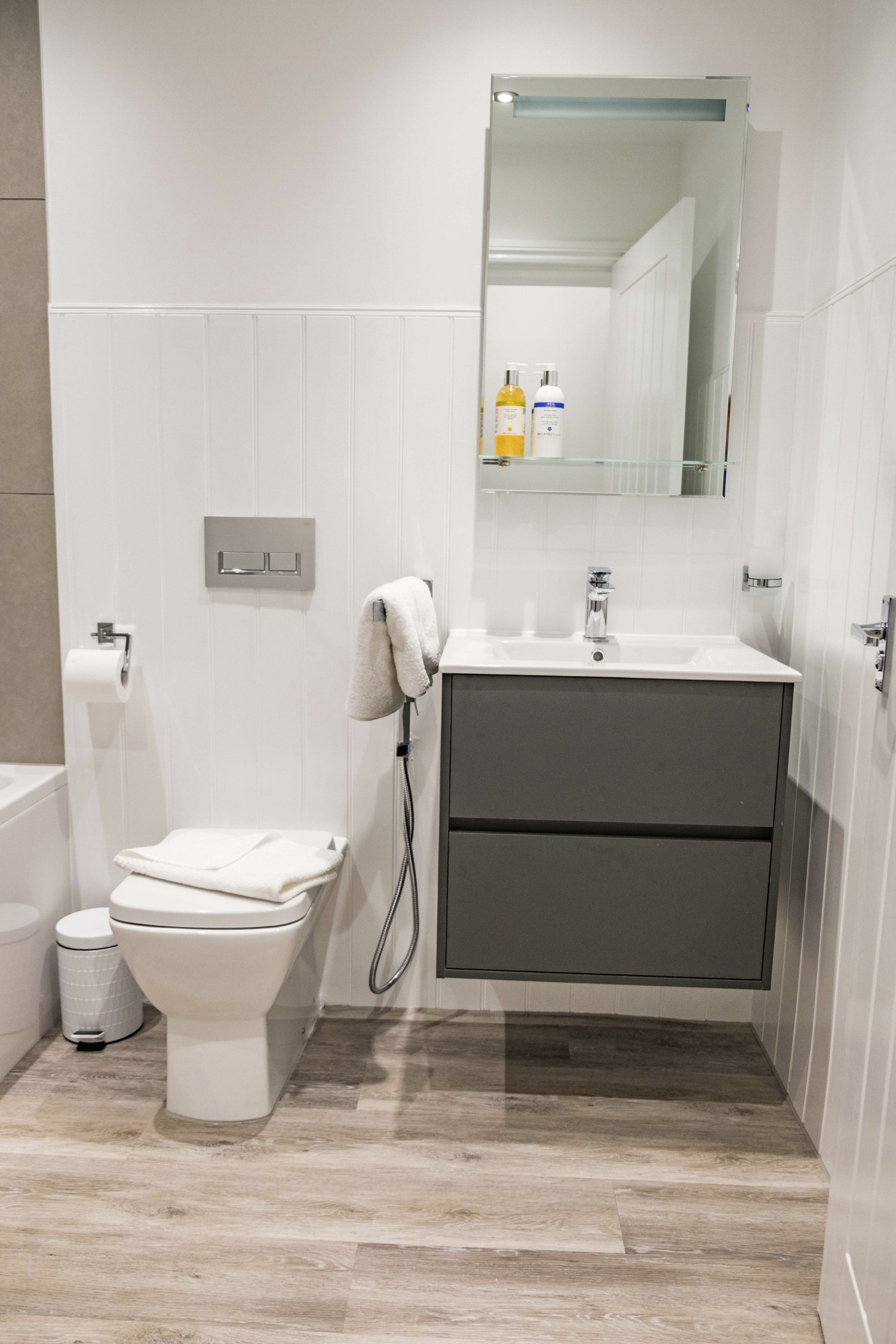01 Shoreline Apartment Bathroom 2