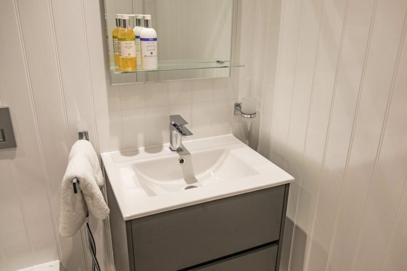 01 Shoreline Apartment Bathroom