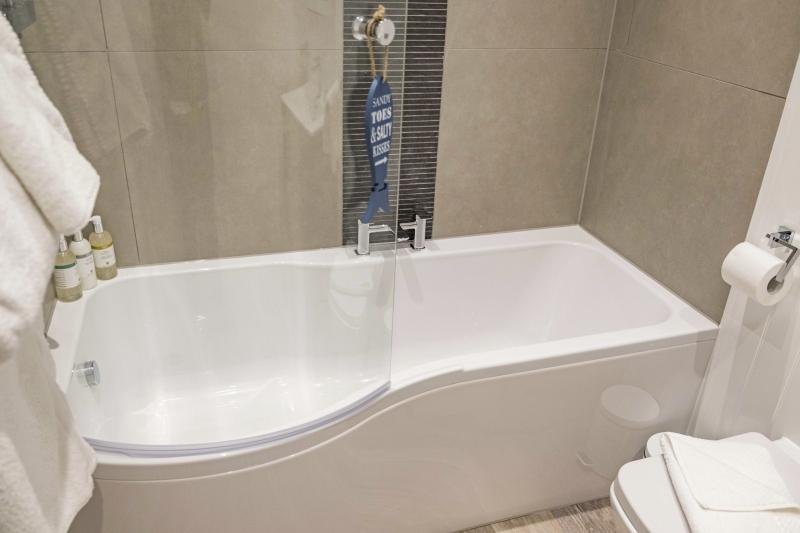 01 Shoreline Apartment Bath